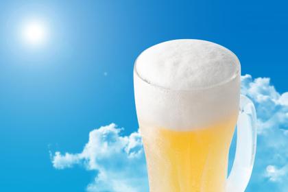 青空とビールのイメージ(雲あり)
