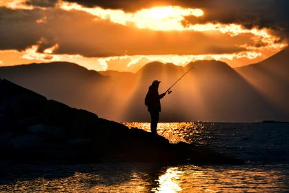 夕暮れの釣り人(シルエット)
