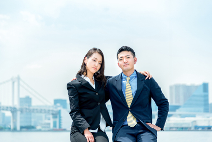 肩を組む男女(ビジネスイメージ・チームワーク)