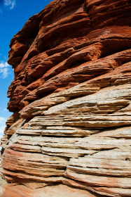アメリカ・アリゾナ州にてバーミリオンクリフス自然保護区ホワイトポケットのミルフィーユ状のもろい地層