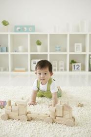 リビングルームでハイハイする赤ちゃん