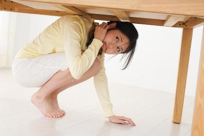 地震から身を守る女性