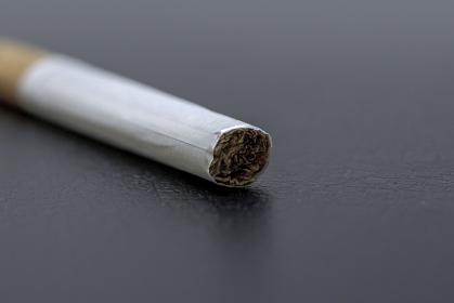 紙巻たばこの先端のネガティブなイメージ画像