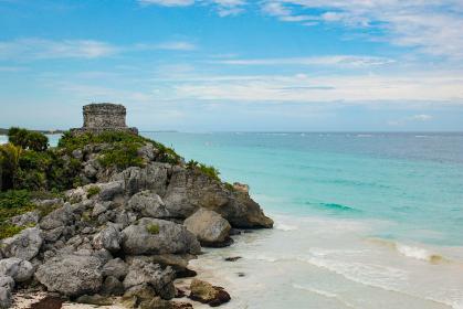 メキシコ・チチェンイッツァにてカリブ海のエメラルドグリーンの海と遺跡