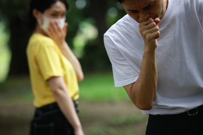 咳をする男性を嫌がる女性