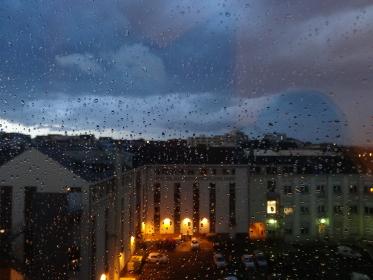 雨粒がついた窓から見下ろす夜のライト