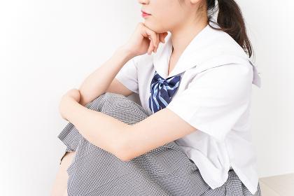 悩む若い女子学生