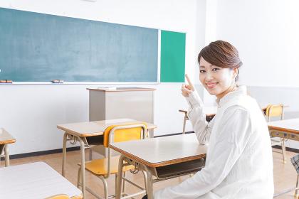 教室で指を指す学生