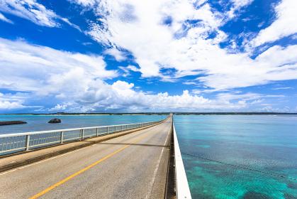 沖縄県宮古島、5月の来間大橋・日本