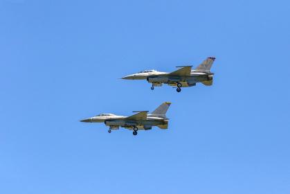 2機で編隊飛行するアメリカ空軍のF-16戦闘機(丘珠空港/北海道)