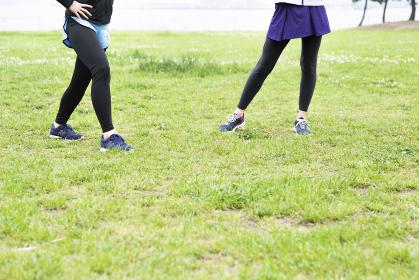 準備運動する女性二人組の足元