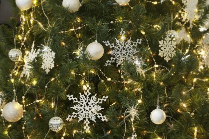 クリスマスツリーに飾られたオーナメント