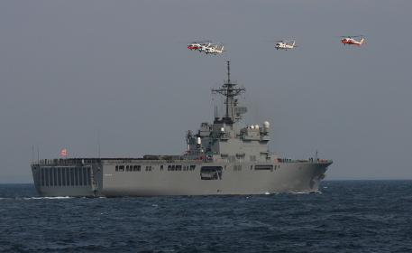 観艦式にて、輸送艦「おおすみ」の上空を通過する、SH-60Jヘリコプター5機編隊
