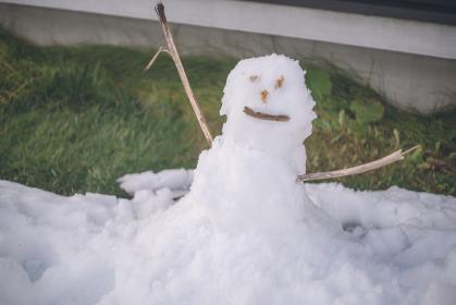 溶け残った雪で雪だるま - 北海道ニセコ