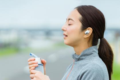 運動の途中、ドリンクを飲む女性