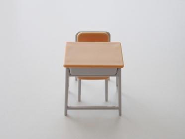 正面から見る机と椅子