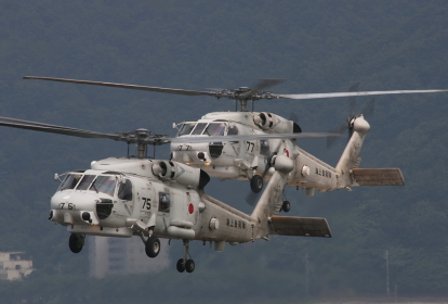 SH-60Jヘリコプター2機離陸(2010海自舞鶴航空基地チビッコヤング大会イベント)