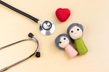 聴診器 老夫婦 シニア 医療イメージ