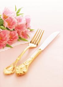 フォークとナイフと花束