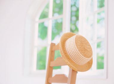 窓辺の椅子と帽子