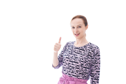 グッドサインをする私服を着た若い女性