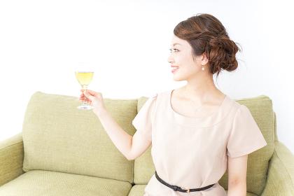 自宅でお酒を飲む女性