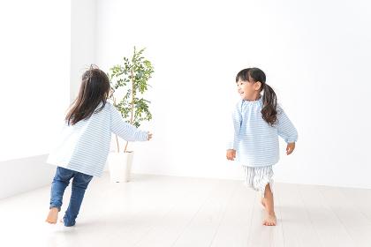 友達と遊ぶ女の子