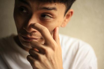 鼻を掻く男性
