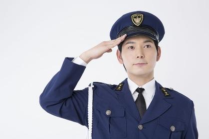 敬礼をする男性警察官