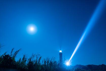 夜の海を照らす角島灯台