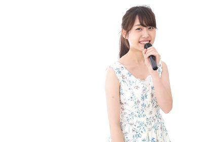 カラオケで歌を歌う若い女性