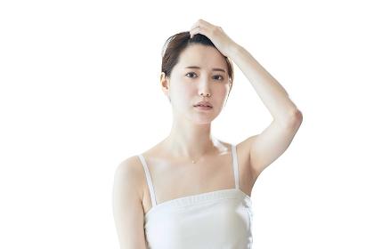 髪を上げる日本人女性