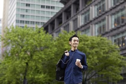 コーヒーを持つ日本人男性