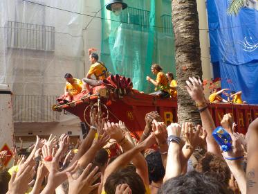 スペイン・バレンシア州のトマトを投げ合う祭りトマティーナの開始直後のトラック荷台