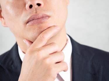 ヒゲ脱毛について考える男性ビジネスマン