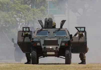 模擬戦展示にて軽装甲機動車の正面(2010年伊丹駐屯地基地祭イベント)