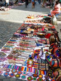 アルゼンチン・ブエノスアイレスにて路上で売られている土産物