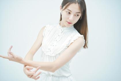 優雅に踊る若い女性