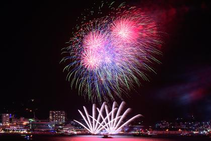 日本の夏祭りの美しい打上花火 関門海峡花火大会