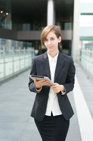 ビジネスイメージ・歩く女性