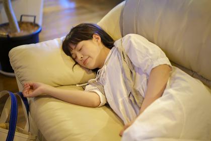 夕方、ソファで休憩する若い女性