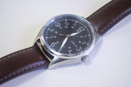 革バンドの腕時計