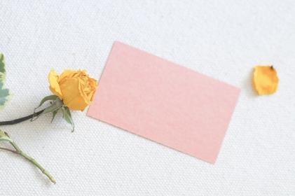 黄色いドライフラワーとメッセージカード