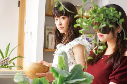 料理をする2人の女性