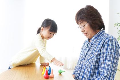 おばあちゃんとゲームをする子供