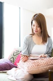 ネットショッピングの決済をする女性
