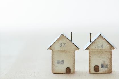 小さな木で作ったマイホームのイメージの家の模型