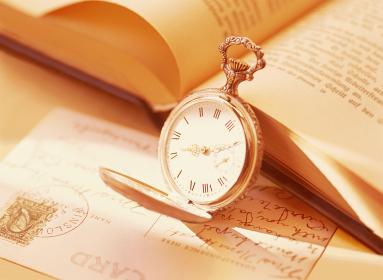 懐中時計と本とハガキ