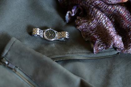ライダースジャケットとスヌードと時計 冬のコーデ ファッション