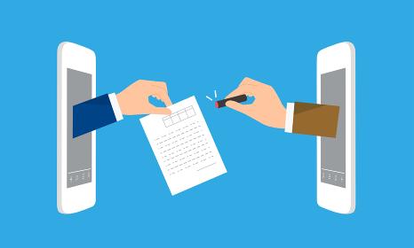 印鑑と契約書を持つ手、DX、はんこから電子契約へのイメージ